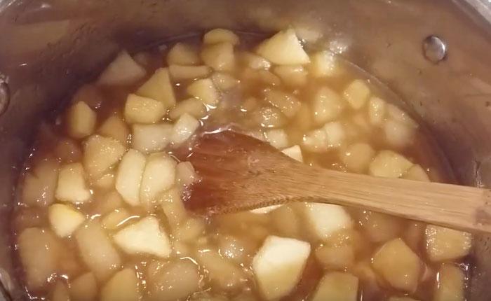 яблоки и груши в кастрюле