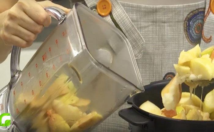 яблоки перекладываем в блендер