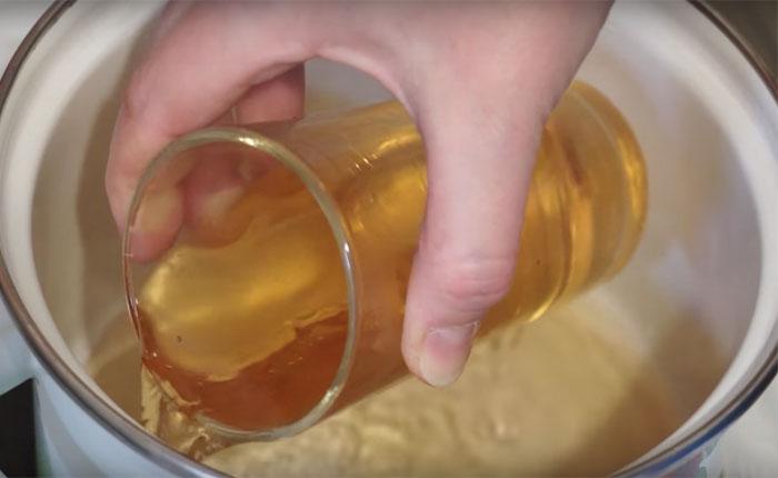 яблочный сок в кастрюле