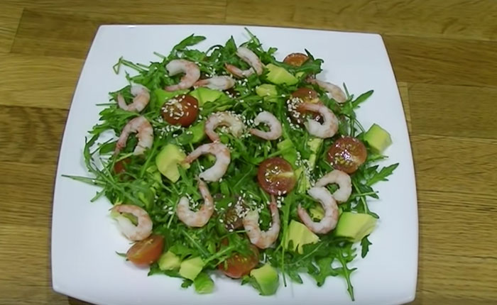 салат с черри на тарелке