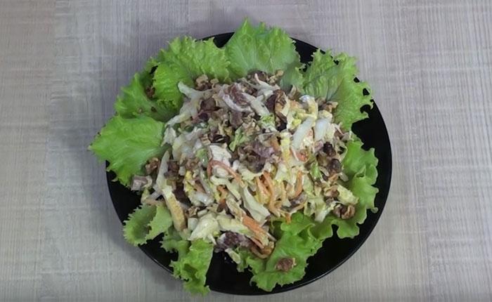 морковный салат на блюде