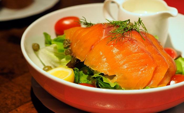 салат с красной рыбой